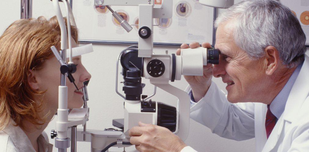 Người bệnh cần được thăm khám kĩ lưỡng trước khi mổ đục thủy tinh thể